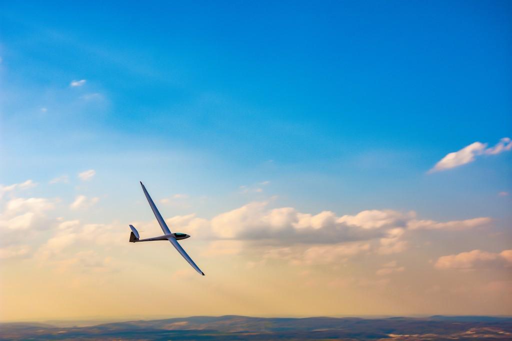 Le Vol à voile consiste à voler dans les airs à bord d'appareils propulsés par la seule force des courants atmosphériques ascendants, à l'image des oiseaux voiliers.