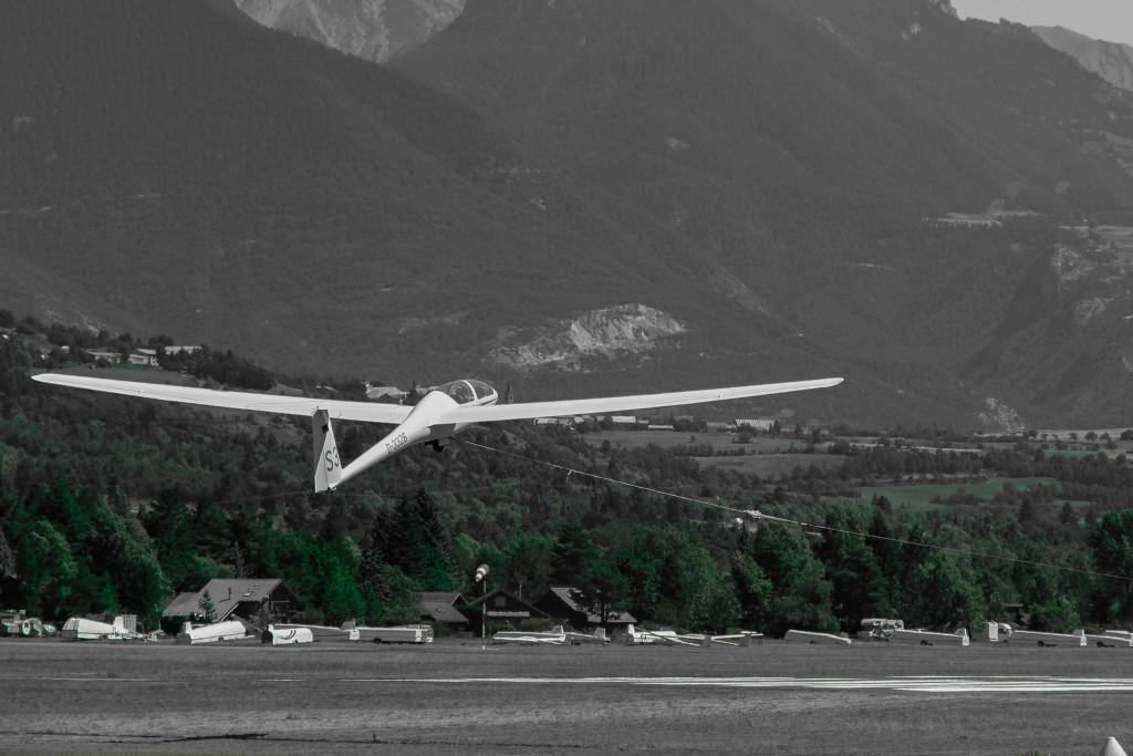 Pour décoller sans moteur, le planeur peut être tracté par un avion (un remorqueur) ou avec l'utilisation d'un treuil (photo).